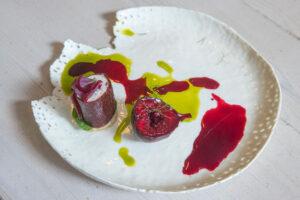 Pruimen biet leather vegan geitenkaas vijg in bietenspa gemarineerd vijgenbladolie